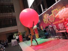 中聯資源台中場尾牙主持人+雙人川劇變臉+人入大氣球+奇幻大泡泡表演 (2)